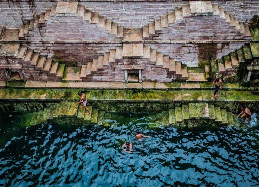 شنا در کنار پله ها