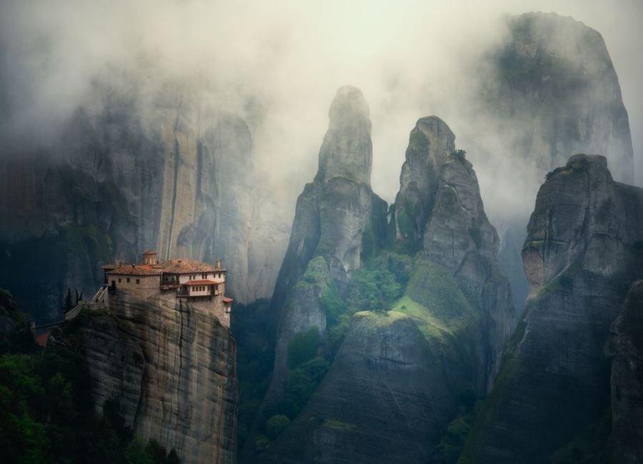 صومعه ای در مه