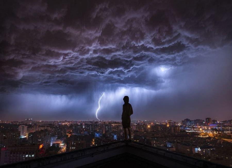 طوفانی در دوردست