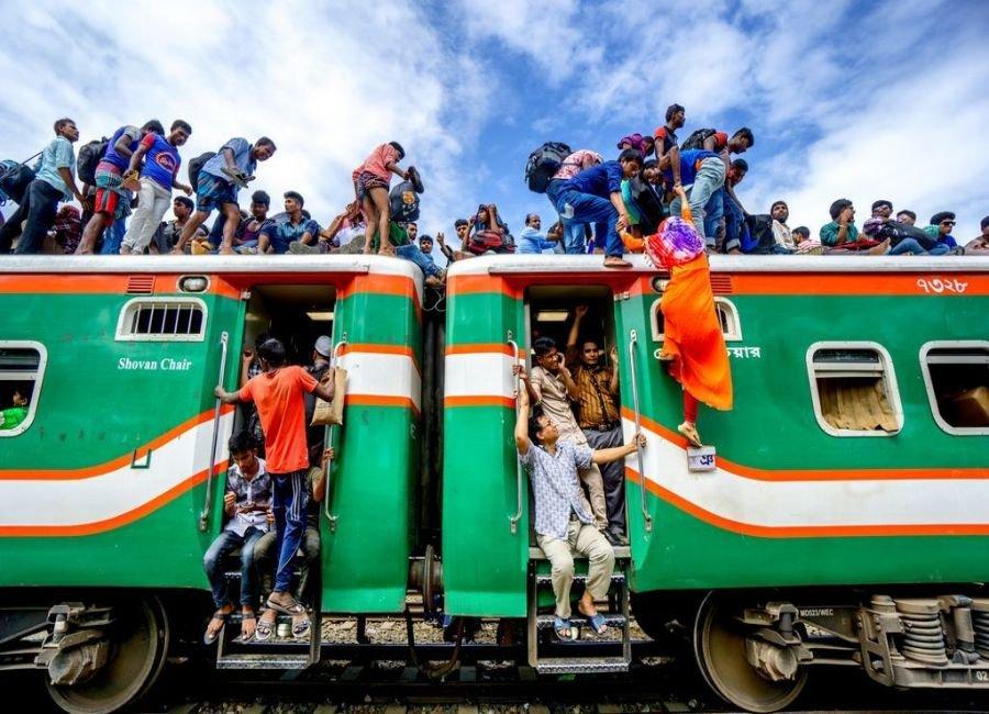 دختر هندی آویزان از قطار
