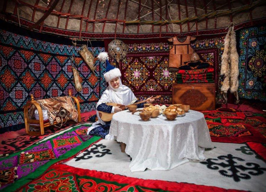 زن جوان قزاق و عید نوروز