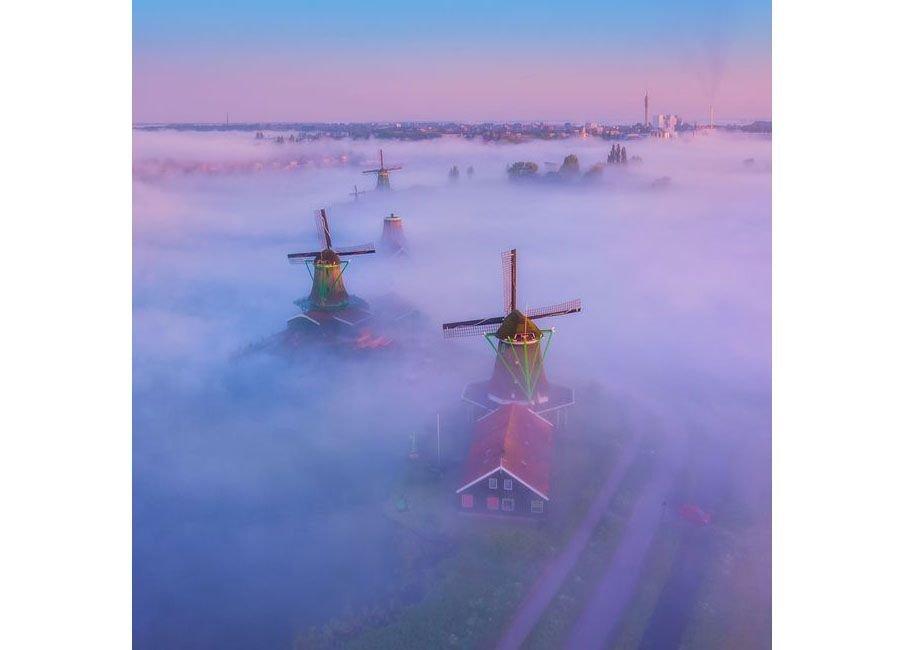 آسیاب بادی در مه